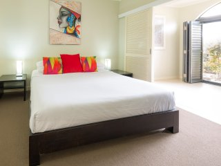Stylish 1 bedroom spa apartment - up to 4 people! 3 & 4th person in living area., Palm Cove