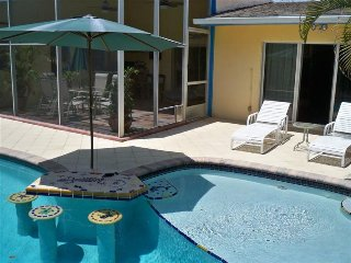 Tropical and Fun Pool Home by Delray Beach E of 95, Boynton Beach