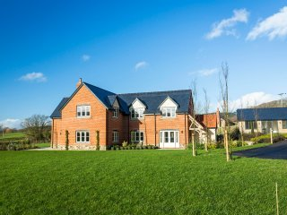 5*,Top Spec wonderful, large house,with WiFi,SKY TV,Sonos system & Games room, Mordiford
