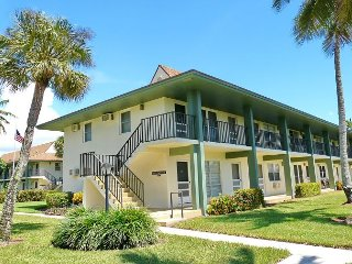 Relaxing inland condo w/ heated pool & short walk to Resident's Beach