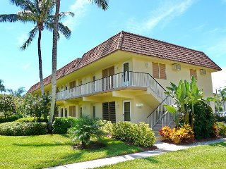 Condo in the heart of the Island w/ heated pool & short walk to beach