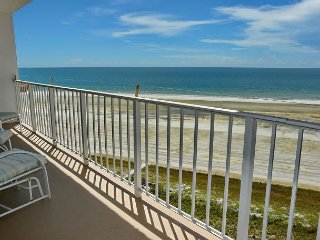 Colorful beachfront condo w/ heated pool & unmatched ocean views, Isla Marco