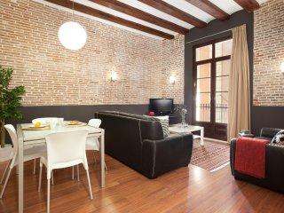Enjoybcn Colon Apartments- Comfort for 8 people next to Las Ramblas, Barcelona