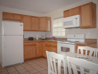 Spacious 1 Bedroom Duplex, Full Kitchen, Beach and Marina