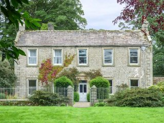 FLANDERS HALL, detached, woodburners and open fire, pet-friendly, lawned garden, WiFi, in West Burton, Ref 928840