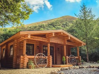 WILDERNESS LODGE, woodburning stove, hot tub, terrace, all ground floor, Church, Church Stretton