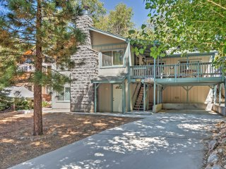Rustically Charming 3BR Big Bear Lake Cabin w/Wifi, Private Hot Tub, 2 Decks & Incredible Bear Mountain Ski Slope Views - Minutes to All Major Attractions & Outdoor Activities!, Big Bear Region