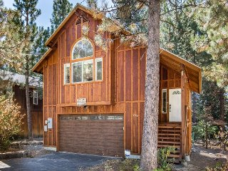 3BR Dog-Friendly Chalet With Large Pine-View Deck, 6 Blocks to Kings Beach