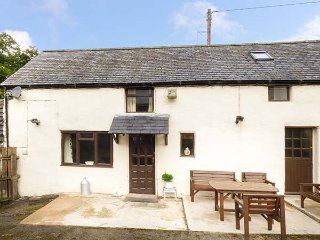 THE LITTLE GOAT, pet-friendly, private patio, easy access to a variety of activities, Corwen, Ref 943261