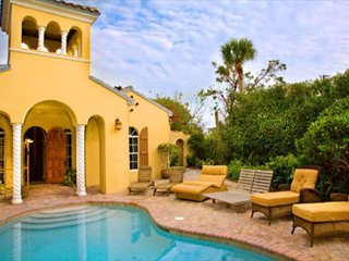 Courtyard style Captiva Villa with pool, near beach, isla de Captiva