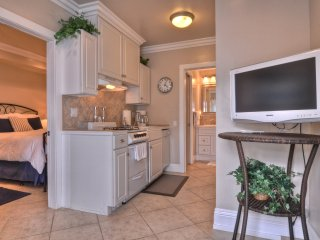 Cute Coastal Studio Unit, 1 Block to Beach, Pier, and Restaurants!
