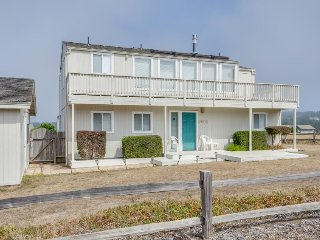 Dog-friendly home for 4 w/ocean views & patio; fireplace, Mendocino