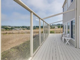 Dog-friendly home for 4 w/ocean views & patio; fireplace