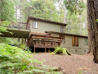 Secluded dog-friendly home w/ deck, cozy interior, great location, and more!, Mendocino