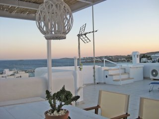 Seaside 2-Storey Villa with Large Terrace/Jacuzzi, Piso Livadi