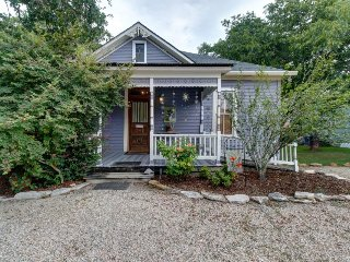 Adorable Texas cottage with charming front porch. 6 blocks from Main Street!, Luckenbach
