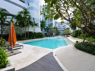 Cozy stay near shopping center w / high speed wifi, gym & stunning pool