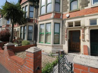 2 bedroom Ground floor Flat with patio, Cardiff