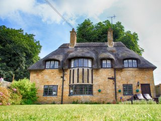 Iconic Thatched Cottage in Iconic Broadway: The Jewel of The Cotswolds