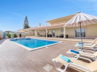 Luxurious villa w/ heated pool and Jacuzzi, Carvoeiro
