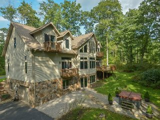 Sensational 4 Bedroom Luxury home w/ Hot Tub in private setting!