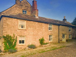 CASTLE HILL COTTAGE, exposed beams, close to castle, pet-friendly, WiFi, in