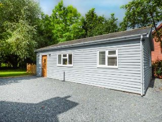 TY NEWYDD BACH, detached chalet, romantic retreat, hot tub, woodburner, WiFi, Pe