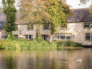 RIVERVIEW MILL RETREAT, town location, off road parking, WiFi, in Bakewell, Ref: