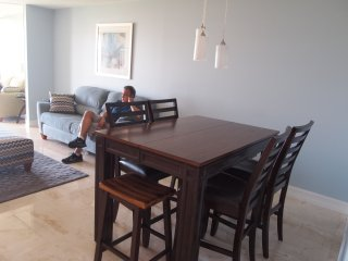 BEAUTIFUL APT W /  EXTRA LARGE BEDROOM AND DEN, Bay Harbor Islands