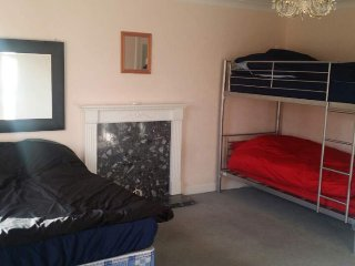 Family Room for Up to 4 People!, New Malden