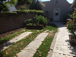 2 Bdrm Guesthouse w/Huge Garden, Parking, Office,, Burbank