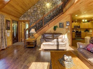 Modern mountain splendor w/ hot tub, pool table, outdoor fireplace - Dogs OK!