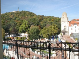 Mountain View-Budapest Apartment on Gellert Hill