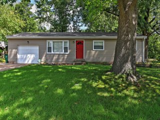 New! 4BR St. Louis Home w/Large Backyard & Grill!, Saint Louis