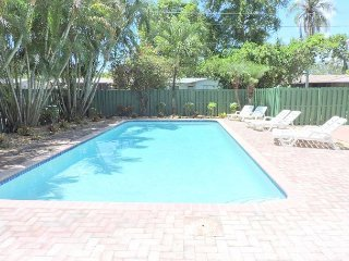 Comfortable 5/3 for 10+ Guests Large Heated Pool, 5 Min to Hollywood  Beach