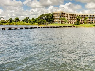 Bayfront studio with shared pool, dedicated dock, & gorgeous balcony view!