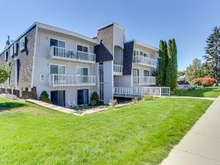Lakefront condo with great views, shared pool, tennis courts, skiing nearby!, Sandpoint