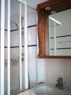 Cabinet de douche privatif dans la chambre parentale