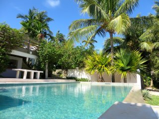 BEACH-FRONT VILLA WITH PRIVATE POOL, Nassau