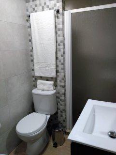 2º Cuarto de baño, tiene secador