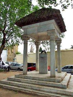 Monumento a los enamorados en la Plaza Campo Santo de los Martiles