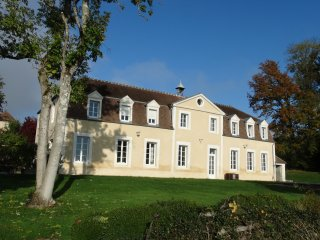 Château gîte avec piscine -14 personnes, Auxerre