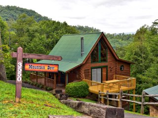 Mountain Dew Cabin } Cozy Authentic Log Cabin - WiFi - Hot Tub - Pet Friendly !!
