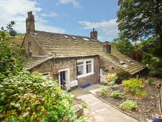 BECKS COTTAGE, all ground floor, open plan, fantastic touring base, Holmfirth, R