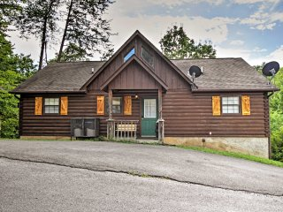 Peaceful 2BR Pigeon Forge Cabin w/ Hot Tub!, Sevierville