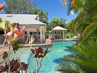Solander House - 4 Bedrooms across from the Beach