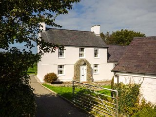 CWM FARM, open fire, sun room, pet-friendly, private coastal access, Trearddur Bay, Ref 940431