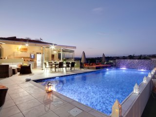 VILLA ELEYJO, A FAB 3 BED LUXURY VILLA WITH PRIVATE  HEATED POOL AT A'HILLS!!