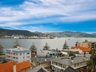 Oriental Bay Retreat with 6 Queen beds!, Wellington
