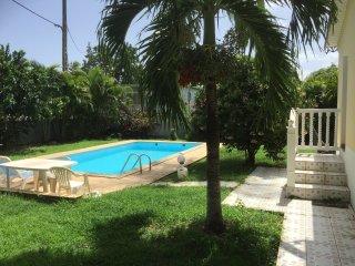 T2 tropical tout confort en bord de piscine a 100m de la mer